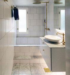 Snyggt badrum hos en glad kund.... Vår nya marmorplatta Pantheon i 10x10 och 30x30 cm på golvet, och 30x30 cm vit Nova Arquitectura i halvförband på vägg. Blandare och takdusch i mässing från Tapwell. Kommoden och spegel är ifrån Aspen och Handfatet från Duobad
