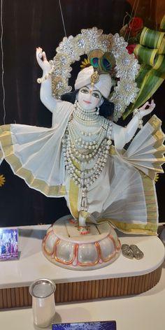 Bhagavad Gita As IT Is in Hindi and English Online Krishna Flute, Krishna Statue, Radha Krishna Images, Cute Krishna, Lord Krishna Images, Radha Krishna Photo, Krishna Radha, Krishna Pictures, Hanuman