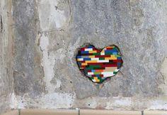 Artista percorre o mundo tapando buracos das cidades com peças de Lego | Razões para Acreditar