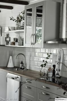 Looking for kitchen ideas? We've asked the experts to share their favourite and most inspiring kitchens. Browse photos of kitchen designs. Discover inspiration for your kitchen remodel or upgrade with Kitchen Cabinet Design, Kitchen Cabinetry, Kitchen Interior, New Kitchen, Kitchen Dining, Kitchen Decor, Kitchen Ideas, Swedish Kitchen, Kitchen Colors