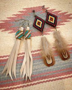 フェザーピアスとフリンジピアス🎈 ショートに近いボブカットだから少し長めでとリクエスト頂きました。 気に入っていただけますように🙏 2017.12.08 #beads #beadswork #handmade #handmadeaccessory #piace #ビーズ#ビーズ刺繍 #刺繍#フリンジピアス#フェザーピアス#ネイティブ#エスニック#ハンドメイドアクセサリー Beaded Earrings Patterns, Seed Bead Patterns, Seed Bead Earrings, Feather Earrings, Beading Patterns, Tassel Jewelry, Leather Jewelry, Leather Craft, Beaded Jewelry