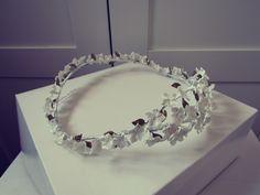 Esta vez le tocó el turno a una corona.. blanca y radiante como la novia, sencilla y discreta, elegante… Corona de porcelana blanca con pequeñas hojas en dorado… sencillamente preciosa&…