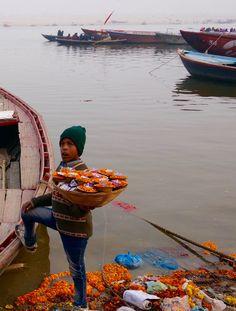 Préparation des offrandes à Varanasi, Inde