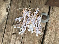 Μια ιδιαίτερη σειρά χειροποίητων μαρτυρικών με σχέδια που ξεχωρίζουν και ονομασίες ελληνικών νησιών.  Μαρτυρικό βάπτισης πέτου από τη σειρά ΛΕΡΟΣ με λευκή δαντέλα, κορδόνι σε απαλό nude pink ρώμα, λευκή πέρλα και ξύλινο, λευκό τετράγωνο σταυρό. Διατίθεται σε συσκευασία των 50 τεμ. Christening