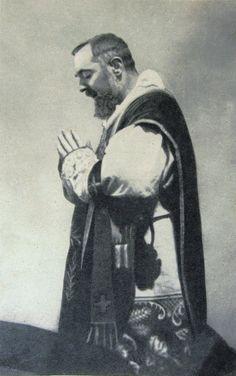 """""""Comunguemos com santo temor e com grande amor."""" (Padre Pio)"""