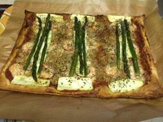 Pizza de hojaldre de atún, gambas y verduritas.