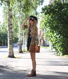 Embrace the boho feeling with printed kimono, satchel and flat ankle boots. Daily Fashion, Boho Fashion, Fashion Photo, High Fashion, Boho Outfits, Cute Outfits, Bohemian Kimono, Boho Hippie, Boho Boots