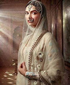 Traditional asian look, totally prefer the minimal makeup over anything! When you have a stunning outfit, gorgeous jewellery, you dont need to over do the make-up, you're all beautiful! Keep it simple #asian#bridal#asianbride#deepikapadukone#mastani#pakistanvogue