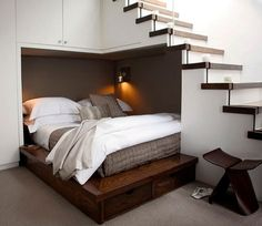 Bett in einer Nische unter der Treppe einbauen