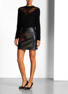 Teva ribgebreide trui met kant van Sandro. Dit zwarte exemplaar is vervaardigd uit een zachte kwaliteit en heeft een aansluitende pasvorm. Het crew neck model is daarbij voorzien van een semi-transparante V-hals en gedecoreerd met kant voor een vrouwelijke en romantische look.