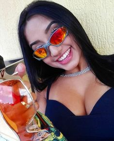 Lara Silva, Mirrored Sunglasses, Sunglasses Women, Foto Pose, Tumblr Girls, New Girl, Woman Face, Female Bodies, Pretty Woman
