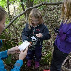 En tur i skoven med geocachen  synes børnene altid er sjovt. #geocachen #outdoor #outside #eventyretstarteridinbaghave #Kolding