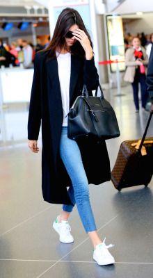 Zapatillas blancas con pitillos, abrigo largo y bolso maxi