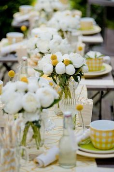 white and yellow floral arrangement Decoration Design, Decoration Table, Wedding Table, Wedding Reception, Summer Wedding, Reception Ideas, Wedding Favors, Yellow Table, Beautiful Table Settings