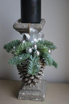 Kerstmis is een bijzondere tijd... Laat de decoraties maken van een magische kerstsfeer in uw huis...   Deze aanbieding is voor grote Pine Cone Christmas Ornament   Deze regeling zal ziet er geweldig uit, waar u het boven de open haard of de trap hangen. Waarom niet hangen op de deurkozijnen of in de windows! Het kan werken als een uniek cadeau voor vrienden en familie! Ik zou graag uw gift sturen rechtstreeks naar de ontvanger met een bericht van u opgenomen.  Gebruikte materialen…