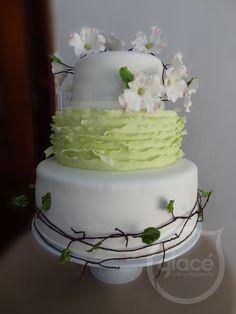 Torta de boda con delicadas flores de azucar