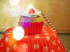 Sautoir avec son pendentif en forme de cupcake avec chantilly et morceaux de fraise.