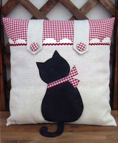 Cute - notice how tail of cat extends beyond pillow. Makes me smile!                                                                                                                                                      Más