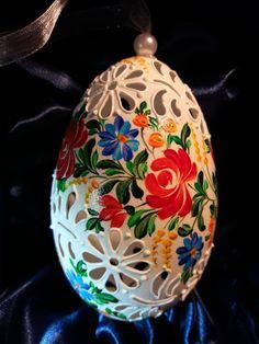 Folk Embroidery, Egg Art, Egg Decorating, Egg Shells, Dremel, Easter Eggs, Christmas Bulbs, Holiday Decor, Diy