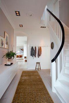 Villa ved vandet | Bobedre.dk Hallway Inspiration, Interior Inspiration, Interior Exterior, Interior Design, Villa, Minimal Home, Piece A Vivre, House Entrance, Hallway Decorating