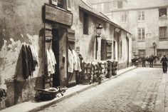 Rue Mouffetard Paris 1928 Germaine Krull