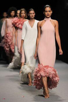 Fashion Tips Casual Fashion Mode, Runway Fashion, Fashion Show, Fashion Design, Fashion Tips, Couture Mode, Couture Fashion, Bridesmaid Dresses, Prom Dresses