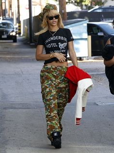 Rihanna wearing a military inspired outfit. Cargo pants and a hat in the signature print of the army, 'camo'. This shows just how popular fashion inspired by war and the military is, so much so that even popular celebrities can be seen sporting some of these styles. Camo Skinny Jeans, Camo Jeans, Rihanna Love, Rihanna Style, Rihanna Riri, Jeans Style, Military Inspired Fashion, Military Fashion, Military Style