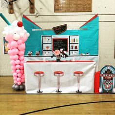 Diner Photobooth - ice cream balloons are super cute! Dance Decorations, Dance Themes, Prom Themes, 1950s Party Decorations, 1950 Diner, Retro Diner, Diner Party, Retro Party, Cafeteria Retro