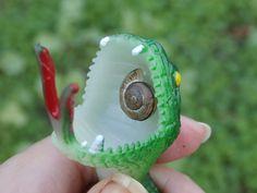 Vaya, la serpiente de goma que tenemos en el huerto para ahuyentar a las palomas, ahora sirve como casa de caracoles, xDDDDD.