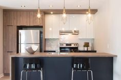 Couleurs cabinets et disposition Kitchen Reno, Kitchen Dining, Kitchen Ideas, Cuisines Design, Kitchen Interior, Home Kitchens, Interior Inspiration, Sweet Home, New Homes