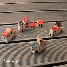 Postavte si vlastní městečko 10 keramických mini domečků vysokých od 3 do max. 6 cm. Cena za celé město.