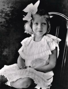 Little Edie Beale (Jackie Kennedy's first cousin). Jackie Kennedy's Dad, Jack Bouvier was the brother to Edie Bouvier Beale, little Edie's Mother. 1921 read her amazing sad story Edie Bouvier Beale, Edie Beale, Los Kennedy, Jacqueline Kennedy Onassis, Pie Grande, Jackie O's, Familia Kennedy, Gray Gardens, Vintage Children Photos