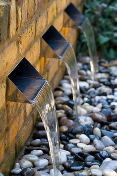 Water feature with three rills and pebbles - © Marcus Harper/GAP Photos Modern Water Feature, Outdoor Water Features, Pool Water Features, Water Features In The Garden, Modern Garden Design, Garden Landscape Design, Fish Ponds Backyard, Backyard Waterfalls, Garden Fountains