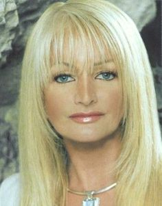 Bonnie Tyler Sang the only song I like and can stand to hear her sing. Pop Singers, Female Singers, It's A Heartache, Blonde Singer, Famous Musicals, Only Song, Bonnie Tyler, Music People, Kylie Minogue
