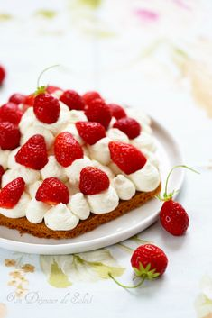 Strawberry pie, whipped mascarpone and shortbread for Mother's Day Strawberry Sweets, Fun Deserts, Amazing Deserts, Dessert Aux Fruits, Food 101, Sweet Pie, Eat Dessert First, Some Recipe, Sweet Recipes