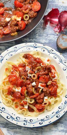 Klassiker neu entdeckt: Unser Rezept für Bolognese griechischer Art wird nicht nur Fans der mediterranen Küche begeistern. Aus Lammfleisch, würzigem Feta und grünen Oliven entsteht ein kreatives und leckeres Gericht. Guten Appetit!