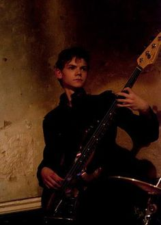 Thomas-Brodie Sangster playing at a Winnet show. w usłudze Maze Runner Cast, Maze Runner Movie, Maze Runner Series, Dylan Thomas, Dylan O'brien, He Makes Me Happy, The Scorch Trials, Fiction Novels, Thomas Brodie Sangster