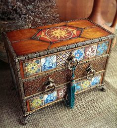 Hand Painted Furniture, Paint Furniture, Furniture Makeover, Vintage Furniture, Furniture Decor, Indian Home Decor, Luxury Home Decor, Decoupage Box, Old Boxes