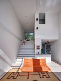 MB Architecture stacks shipping containers to form Amagansett holiday home Geometric Pool, Wood Steps, Decoration Design, Affordable Housing, House Made, Open Plan Living, Modern Architecture, Sustainable Architecture, The Hamptons