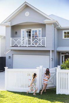This beautiful home in Brisbane has been custom designed to suit a young family, in both style and lifestyle. Photography: Elouise Van Riet Gray www. Exterior Color Schemes, Exterior House Colors, Exterior Design, Die Hamptons, Hamptons Style Homes, Weatherboard House, Queenslander, Style At Home, Modern Country Style