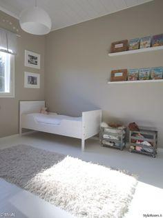 lastenhuone,valkoinen lattia,tauluhylly