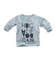 Z8 newborn t-shirt, model Papaya. Dit shirt heeft een print aan de voorzijde met de tekst Hug me if you can - Mint - NummerZestien.eu