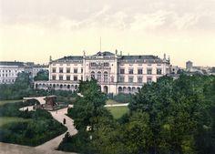 Königsberg Pr.  Die Königsberger Universität Albertina war ein stilvoller Renaissance-Bau mit drei Säulenhallen. Der Architekt des Gebäudes am Paradeplatz war August Stüler (Bauzeit 1844 bis 1861).  1861 wurde das Gebäude eingeweiht und ersetzte die alte Universität auf der Kneiphof Insel.      Ansichts um 1900