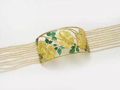 A Lalique collier de chien.