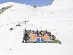 Basketball auf 3454 Metern Höhe: Aktive und frühere Basketballstars um den NBA-Spieler Tony Parker bei einer Partie auf dem Aletschgletscher am Jungfraujoch.