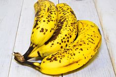 Stop throwing away bananas with brown spots – they are potent cancer fighters! Salade Healthy, Deep Conditioner For Natural Hair, Banana Fruit, Shocking Facts, Brown Spots, Healthy Fruits, Healthy Food, Natural Sugar, No Cook Meals
