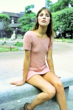 Jane Birkin // pink dress // sidewalk in Paris // fashion icon // style idol // iconic women // 1960s // 60s