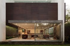Terra Nova House with full height sliding window doors in São Paulo, Brazil | Isay Weinfeld