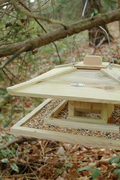 Jolie mangeoire pour oiseaux en bois de pin.  La mangeoire est ouverte sur les côtés ce qui assure un bon accès pour les oiseaux et leur offre un lieu de repos agréable où ils pourront trouver la nourriture dont ils ont besoin tout au long de l'hiver. Le petit couvercle situé au centre du toit facilite l'approvisionnement en nourriture. Bird Feeders Uk, Japanese Bird, Esschert Design, Purple Wine, Wood Bird, Balsamic Beef, Bird Cage, Garden Design, Outdoor Decor