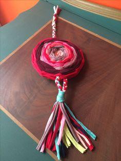 Mandala/filtro dos sonhos produzida com sobras de malha, tendo como base um cd usado.